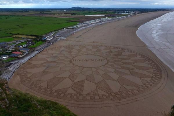 The Beatles Polska: Hołd na piasku dla Lennona